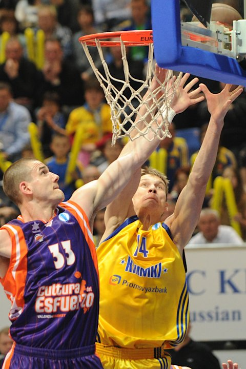 Valencia's Nik Caner-Medley vies with BC Khimki's Anton Pushkov (R)  during the Eurocup final basketball match between BC Khimki and Valencia in Khimki, outside Moscow on April 15, 2012.    AFP PHOTO