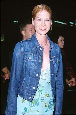 Premiere: Jenna Elfman at the Mann's Chinese Theater premiere of Columbia's Charlie's Angels - 10/22/2000