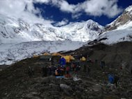 Equipes de resgate no monte Manaslu