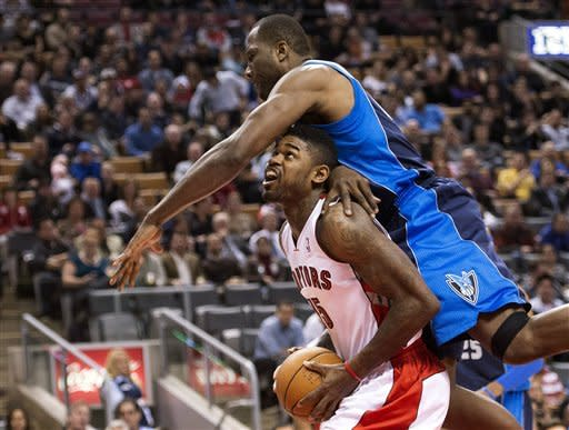 Kleiza leads Raptors over Mavericks