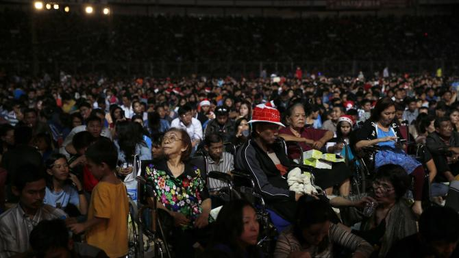 Indonesian Christians attend a Christmas mass prayer session at Gelora    Indonesian Christians