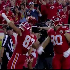 Kansas City Chiefs quarterback Alex Smith hits tight end Travis Kelce for 33 yards