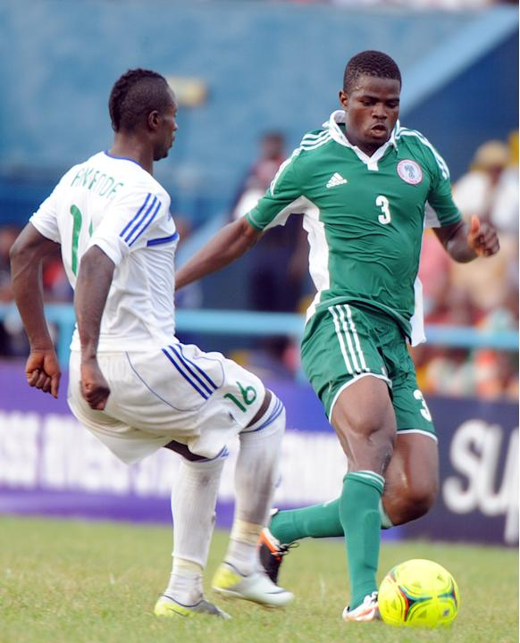 Nigerian Defender Elderson Echiejile (R) Vies AFP/Getty Images