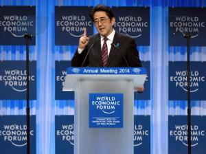 O primeiro-ministro japonês, Shinzo Abe entrega seu especial ...