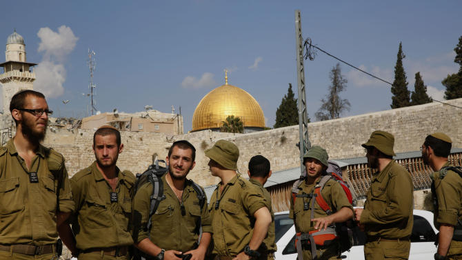 Israeli soldiers stand near the Western Wall at the al-Aqsa mosque compound in Jerusalem on October 30, 2014