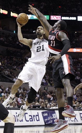 Spurs lock up West's top seed with rout of Blazers
