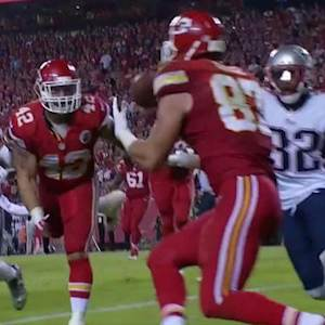 Kansas City Chiefs quarterback Alex Smith hits tight end Travis Kelce for 2-yard touchdown