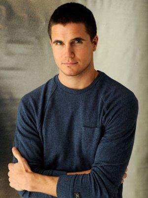 'Revenge's' Robbie Amell to Star in CW's 'Tomorrow People'