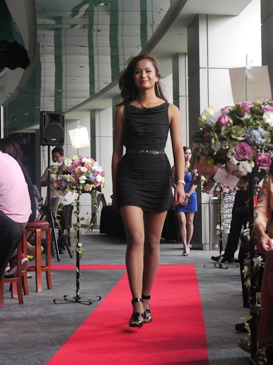 Contestant Farah Atika shows her lean physique as she walks down the red carpet. (Yahoo! Singapore/ Deborah Choo)