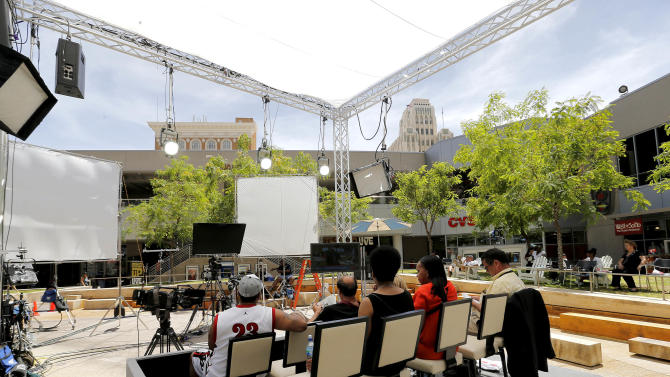 People gather to watch the Jodi Arias trial at a park, Friday, May 2, 2013 in downtown Phoenix while the defense in Arias' murder trial presents closing arguments. In a case that has captured headlines worldwide with lurid tales of sex, lies and a bloody killing, Arias faces a potential death sentence if convicted of first-degree murder in the June 2008 killing of her one-time boyfriend in his suburban Phoenix home. (AP Photo/Matt York)