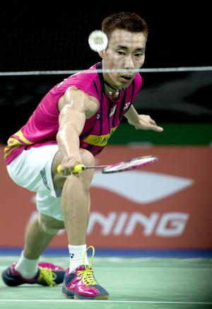 Lee Chong Wei of Maylasia returns to Lee Dong Keun of South Korea during their preliminary match on the first day of the 2014 Badminton World Championships in Copenhagen on August 25, 2014