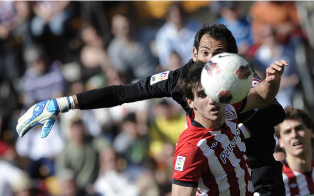 Athletic Bilbao's Midfielder Javi Martinez  (L) Vies AFP/Getty Images