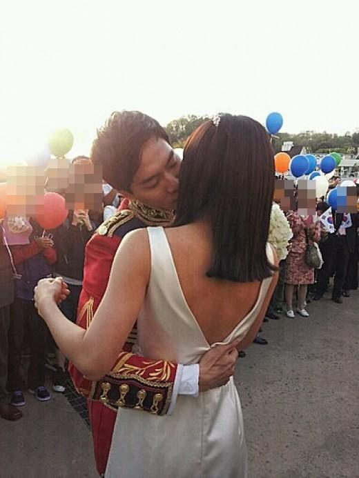 Spoiler Picture of Lee Seung Gi and Ha Ji Won Kissing From ′The King 2Hearts′ Filming