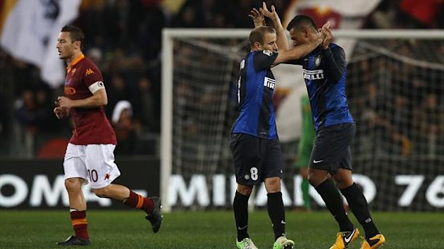 Inter Milan's Rodrigo Palacio (2nd R) celebrates with teammate Fredy Guarin after scoring against AS Roma during their Italian Serie A soccer match at the Olympic stadium in Rome January 20, 2013.