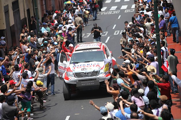 South Africa's Giniel De Villiers and German Dirk Von Zitzewitz in Toyota arrive in Lima, at the end of the 2012 Dakar Rally on January 15, 2012. AFP PHOTO/ROBERTO CACERES (Photo credit should read RO