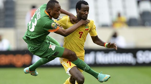 Zambia's Stoppila Sunzu (L) vies for the ball with Ethiopia's Said Ahmed during their Group C 2013 African Cup of Nations football match at the Mbombela Stadium in Nelspruit on January 21, 2013 (AFP)