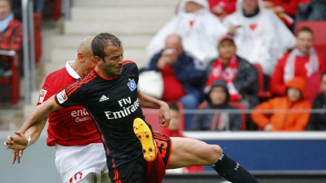 Hamburg SV's van der Vaart collides with FSV Mainz 05 Soto during their German first division Bundesliga soccer match in Mainz