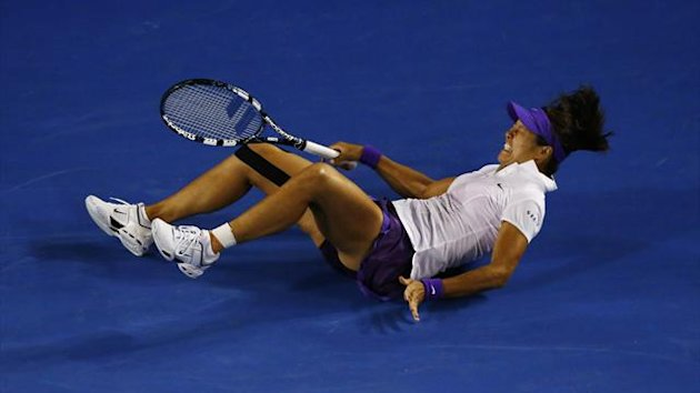 Li Na suffers a painful fall (Reuters)