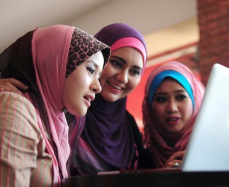 One third of MENA women shop online and single women seem to like online shopping even more, a survey by Yahoo! Maktoob Research has revealed. Photo: Thinkstock