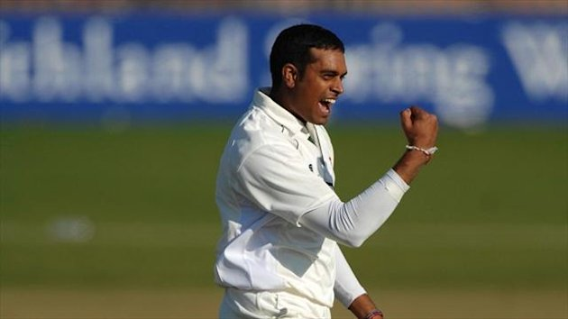 Jigar Naik has signed a new one-year deal with Leicestershire.