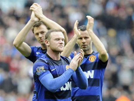 Manchester United's Evans,Rooney and Giggs react after their English Premier League soccer match against Sunderland in Sunderland