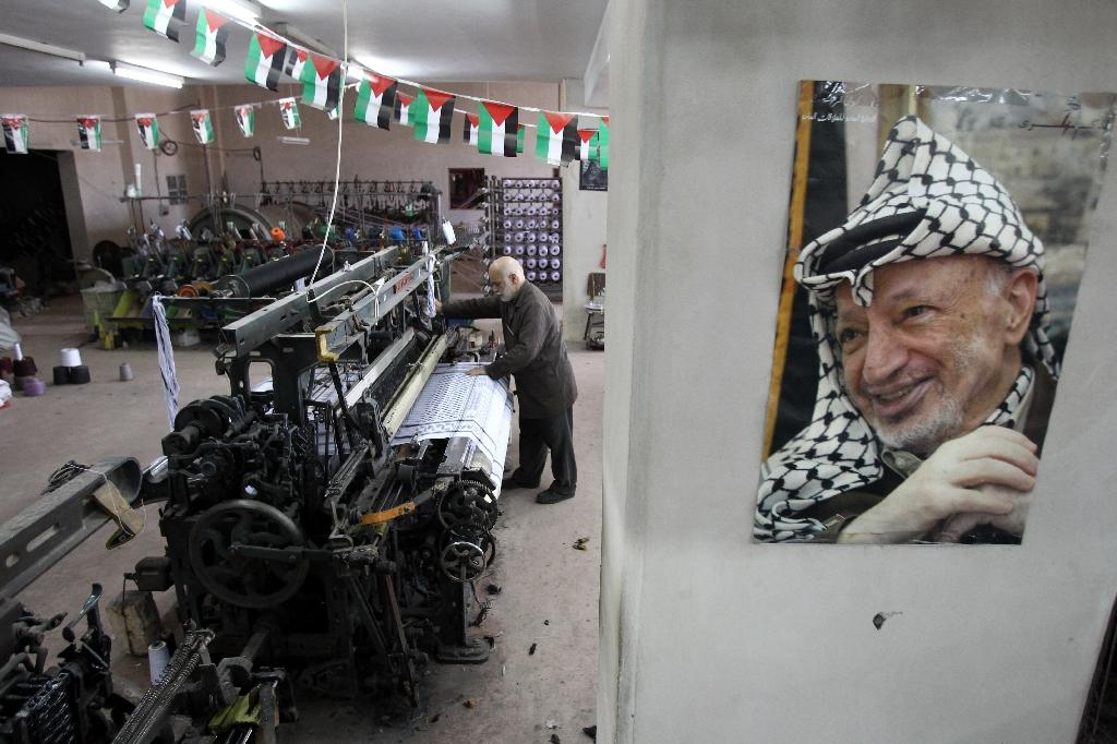 From Hebron, Palestinian scarf resists... Chinese competition
