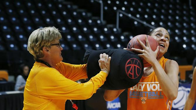 Warlick misses Lady Vols' shootaround with illness