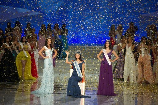 La ganadora del Miss Mundo, la china  Yu Wenxia (C), en la ceremonia de coronacin este sbado