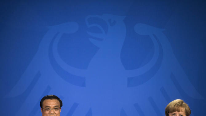 German Chancellor Angela Merkel, right, and the Chinese Premier  Li Keqiang attend a news conference after  a meeting at the chancellery in Berlin, Sunday, May 26, 2013.  (AP Photo/Markus Schreiber)