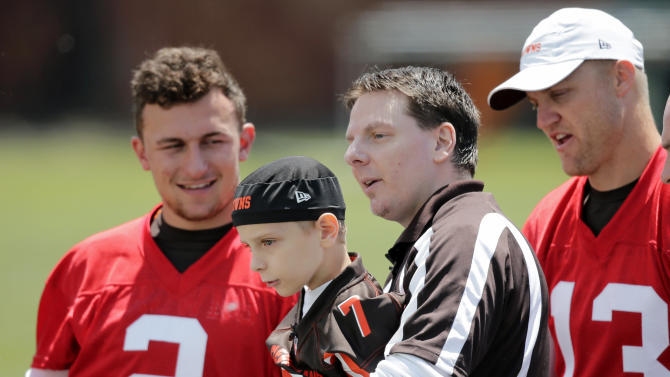 Browns welcome kid with rare disease for symbolic contract