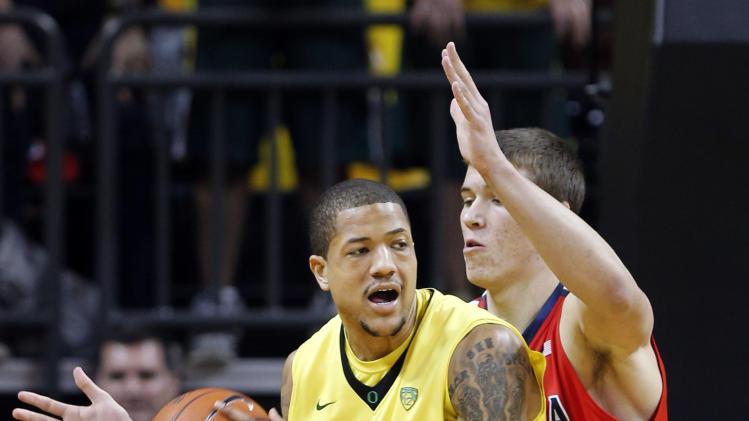 Oregon's Tony Woods, left, battles Arizona's Kaleb Tarczewski under the basket during the first half of their NCAA college basketball game, Thursday, Jan. 10, 2013, in Eugene, Ore. (AP Photo/Chris Pietsch)