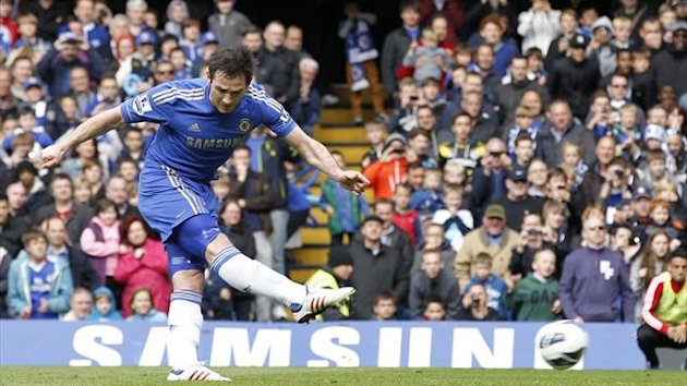 Chelsea's English midfielder Frank Lampard takes a penalty during the English Premier League football match between Chelsea and Swansea City at Stamford Bridge in London on April 28, 2013 (AFP)