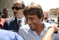 El tcnico de Juventus Antonio Conte, en el medio, llega a un juicio sobre un caso de arreglo de partidos en la liga italiana, el lunes 20 de agosto de 2012. (AP Foto/Alfredo Falcone, Lapresse)