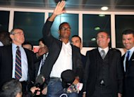 Galatasaray&#39;s new forward Didier Drogba (C) waves to supporters as he arrives at the Ataturk airport in Istanbul, on February 8, 2013