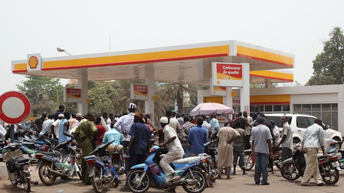 Moped drivers seeking petrol crowd a gas station, during fuel shortages following a military coup, in Bamako, Mali Saturday, March 24, 2012. Mali's U.S.-trained coup leader Amadou Sanogo said Saturday that he had no fears of a countercoup and no soldiers were protecting the ousted president Amadou Toumani Toure. (AP Photo/Aliou Sissoko)