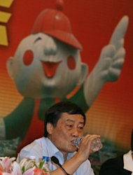 Zong Qinghou drinks one of his products at a press conference in Hangzhou, Zhejiang province in 2007. Zong Qinghou, who heads soft-drink producer Wahaha, and Wang Jianlin of property developer Wanda were the only two from mainland China to make it into the top 100 of Asia&#39;s richest people