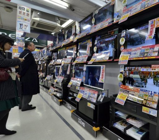 <p>Customers watch television broadcasts in Tokyo. Japan's biggest cable television operator JCOM is eyeing an acquisition of its main domestic rival, Japan Cablenet, which would see it control half of the country's market, a report said Saturday.</p>