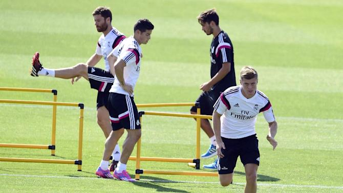Real Madrid's Toni Kroos (R), James Rodriguez (C) and Xabi Alonso (L) take part in a training session at the Valdebebas training ground in Madrid on August 5, 2014