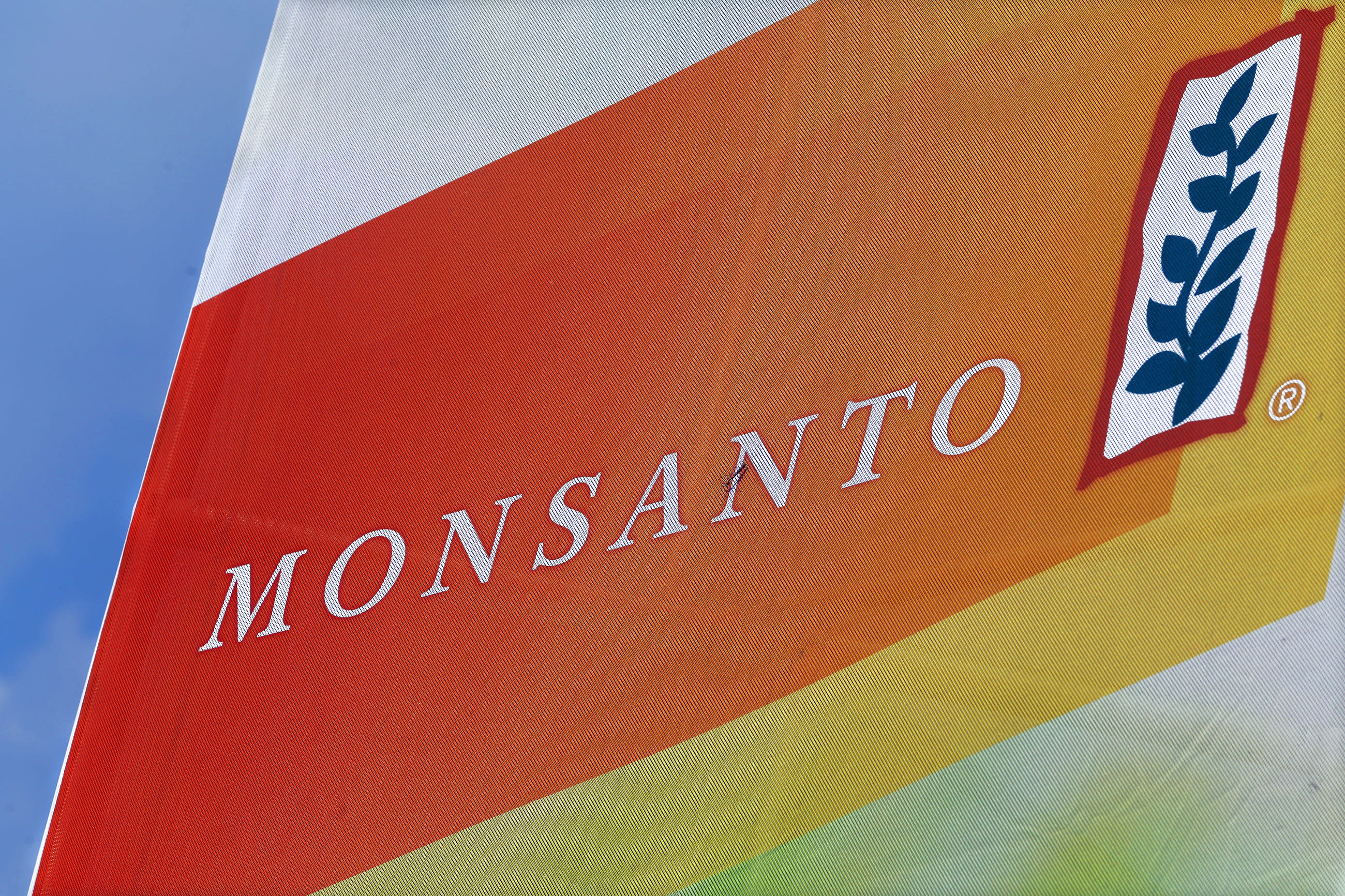 Monsanto to eliminate 2,600 jobs, posts 4Q loss