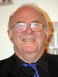 Clive James apologises to wife for longrunning affair