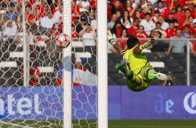 Claudio Bravo de Chile recibe el gol de James Rodriguez de Colombia.  