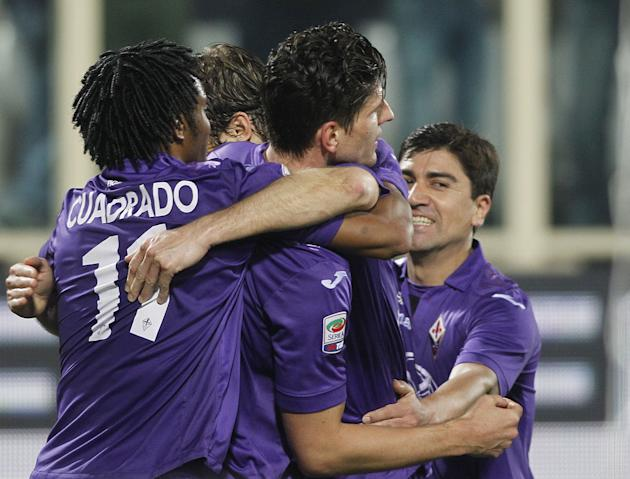 Fiorentina's Mario Gomez, second right, celebrates after scoring during a Serie A soccer match between Fiorentina and Chievo Verona, at the Artemio Franchi stadium in Florence, Italy, Sunday March