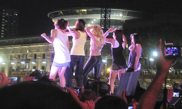 Four delighted fans were invited onto the stage to dance and sing with Shakira. (Yahoo! photo/Marianne Tan)