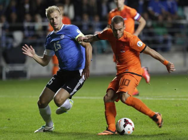 The Netherlands' Sneijder fights for the ball with Estonia's Klavan during their 2014 World Cup qualifying soccer match in Tallinn