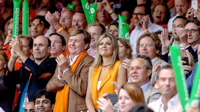 33360469. The Hague (Netherlands), 05/07/2015.- Dutch King Willem-Alexander (C-L) and Queen Maxima (C-R) attend the men's final match of the Beach Volleyball World Championships 2015 between the Dutch Reinder Nummerdor and Christiaan Varenhorst and the Brazilian duo Alison Cerutti and Bruno Schmidt in The Hague, Netherlands, 05 July 2015. (Países Bajos; Holanda) EFE/EPA/Sander Koning