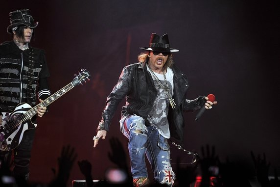 Guns N&#39; Roses : Axl Rose des Guns N&#39; Roses trbuche et tombe sur la scne du Hellfest (vido)