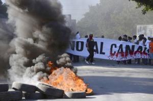 Demonstrators block the Panamerican highway to protest …