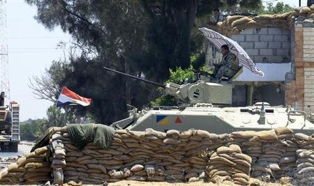An Egyptian soldier guards a checkpoint at Rafah city, some 350 km (217 miles) northeast of Cairo August 9, 2012. REUTERS/Mohamed Abd El Ghany