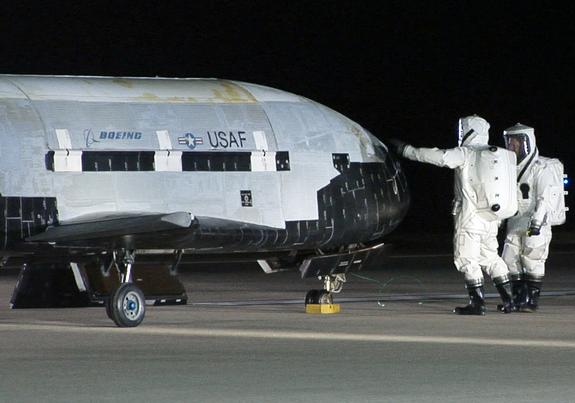 Air Force's Secret X-37B Space Plane Lands in Calif. After Mystery Mission