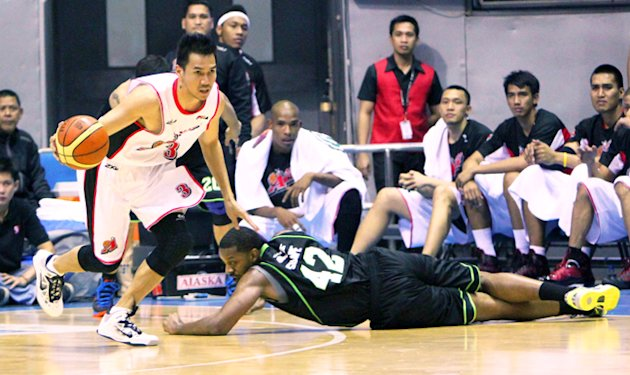Walter Sharpe (right) played only two games for GlobalPort. (PBA Images)